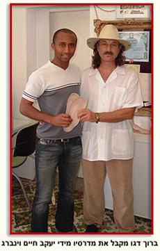 שחקן הכדורגל ברוך דגו מקבל מדרסים לספורטאים