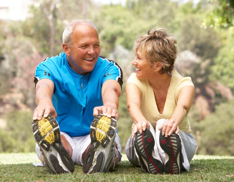 זוג מבוגר עושה ריצה עם מדרסים